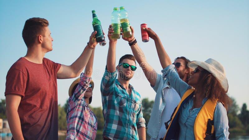 Groupe de jeunes adultes heureux se grillant photographie stock libre de droits