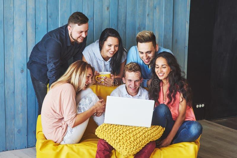 Groupe de jeunes amis créatifs accrochant le concept social de media Les gens discutant ensemble le projet créatif pendant le tra images stock