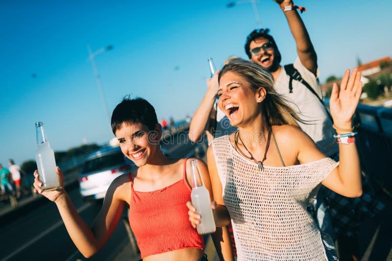 Groupe de jeunes amis heureux ayant le temps d'amusement images libres de droits
