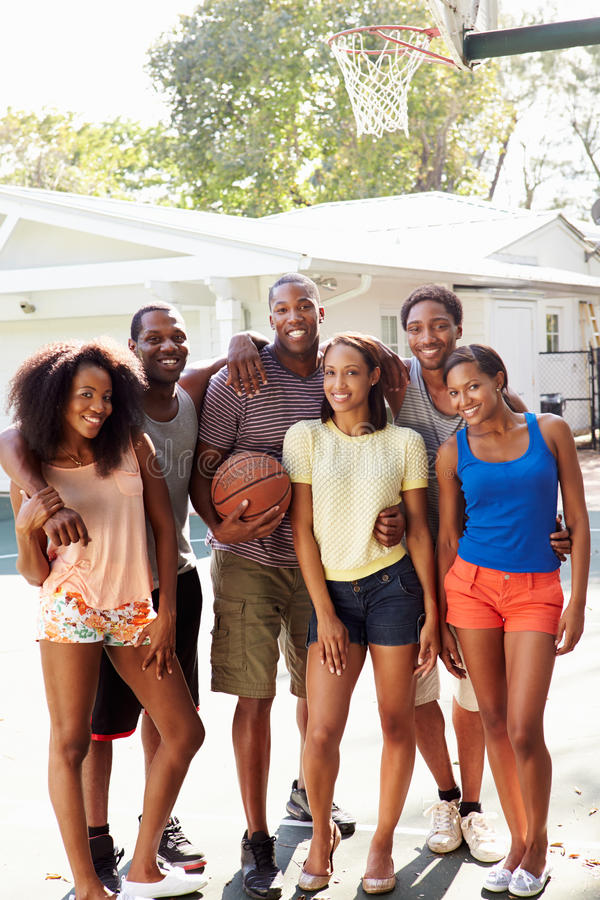 Groupe de jeunes amis jouant le match de basket photos libres de droits