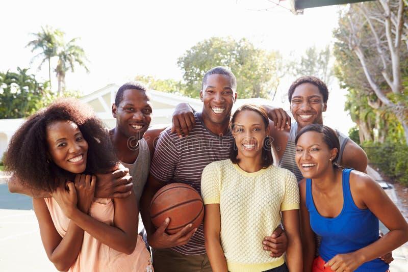 Groupe de jeunes amis jouant le match de basket images libres de droits