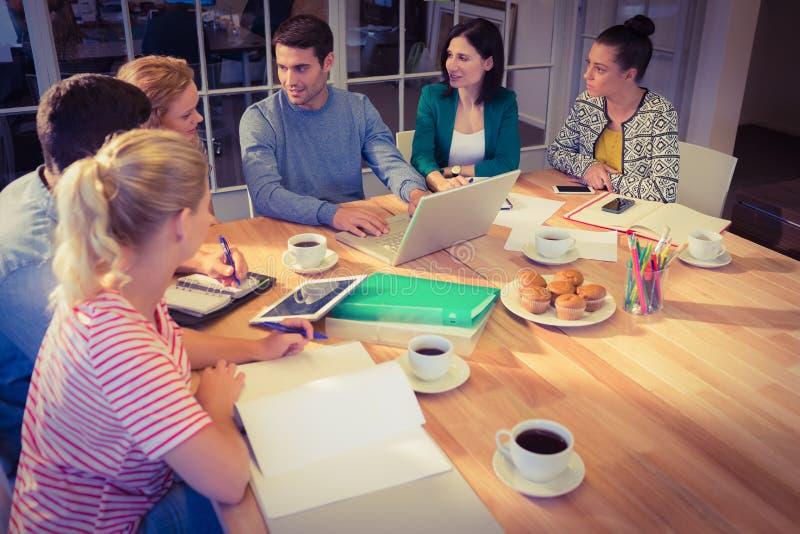 Groupe de jeunes collègues à l'aide de l'ordinateur portable images stock
