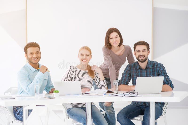 Groupe de jeunes collègues ayant la réunion au bureau images libres de droits