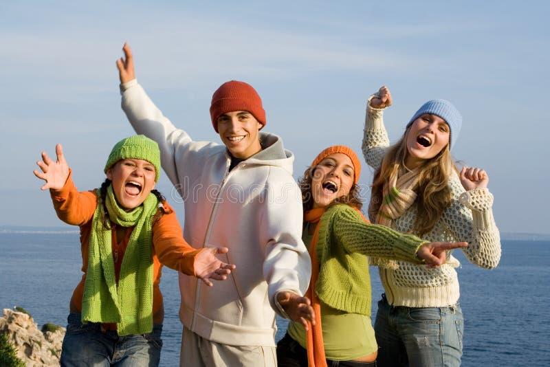 Groupe de jeunes de sourire heureux   photographie stock libre de droits