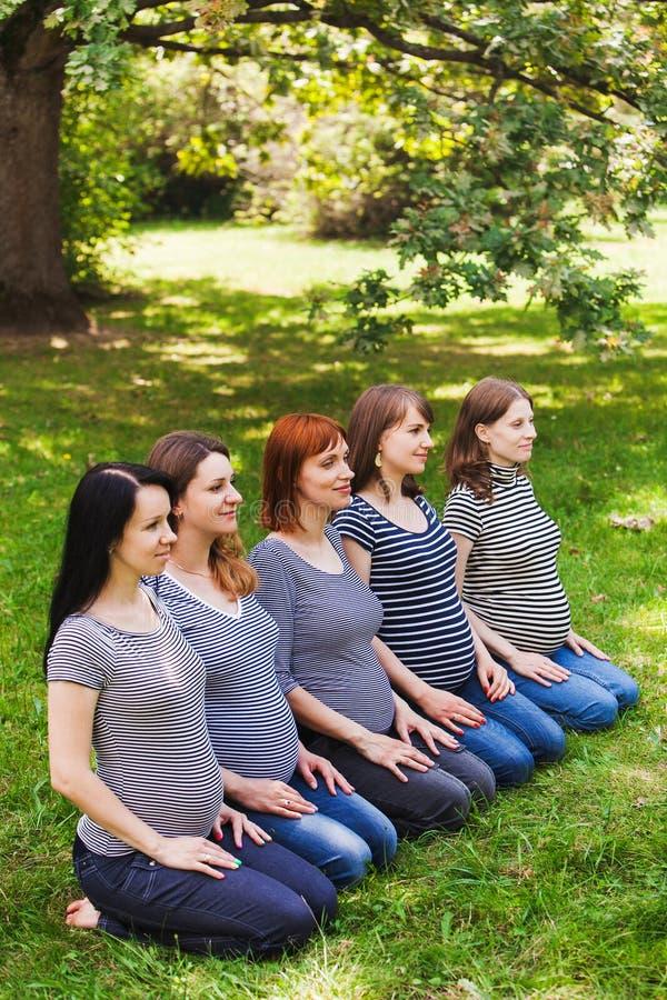 Groupe de jeunes femmes enceintes portant la même chose photo stock