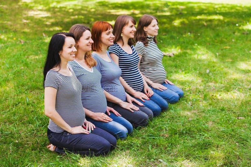 Groupe de jeunes femmes enceintes portant la même chose images libres de droits