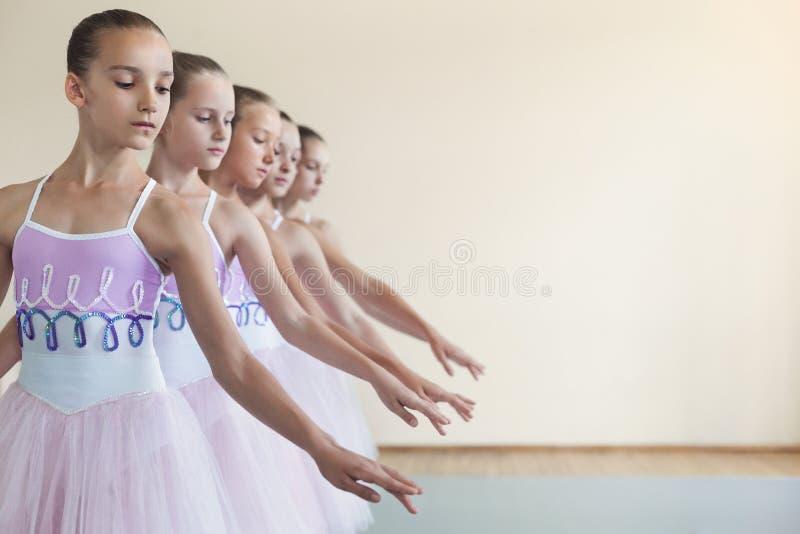 Groupe de jeunes filles dansant le ballet dans le studio photos libres de droits