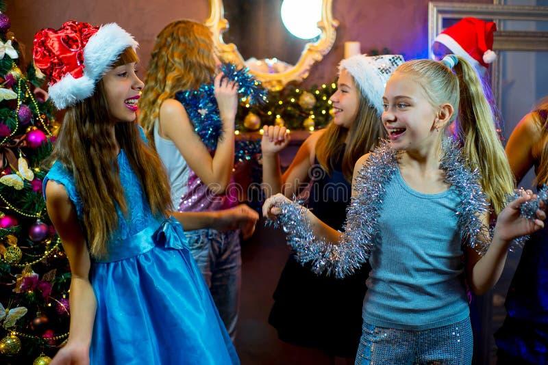 Groupe de jeunes filles gaies célébrant Noël image libre de droits