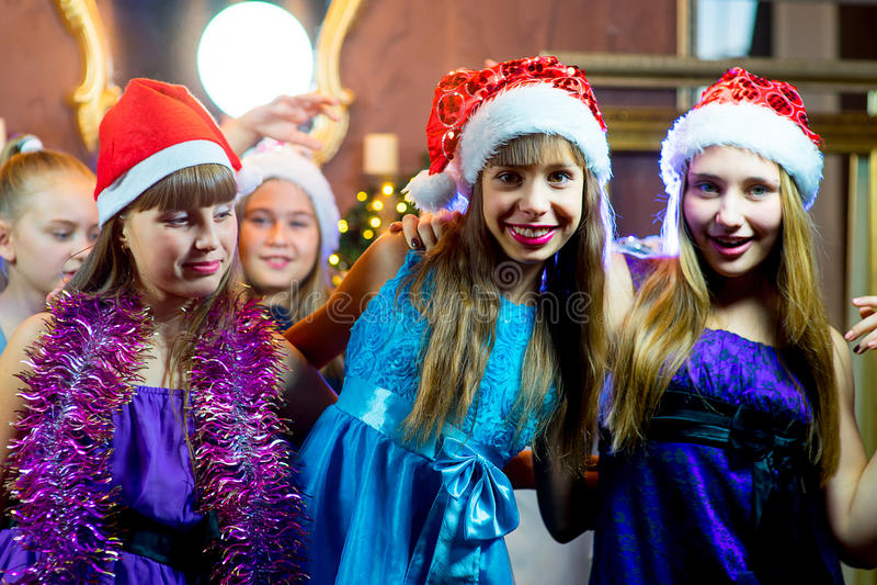 Groupe de jeunes filles gaies célébrant Noël photo libre de droits