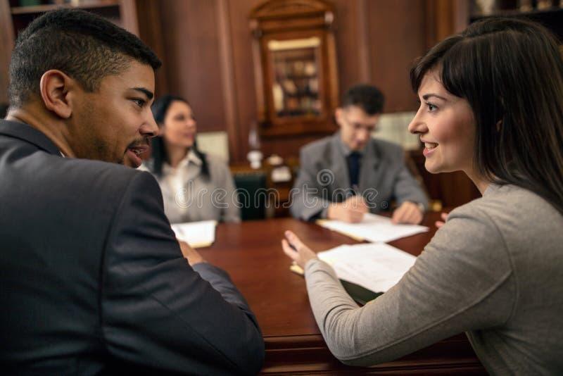 Groupe de jeunes gens d'affaires ou avocats - réunion dans un bureau photographie stock
