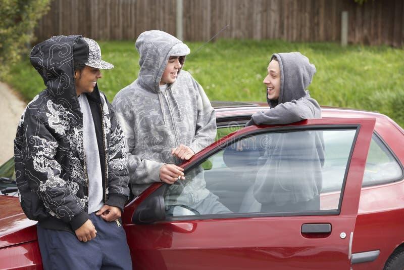 Groupe de jeunes hommes avec des véhicules photographie stock libre de droits