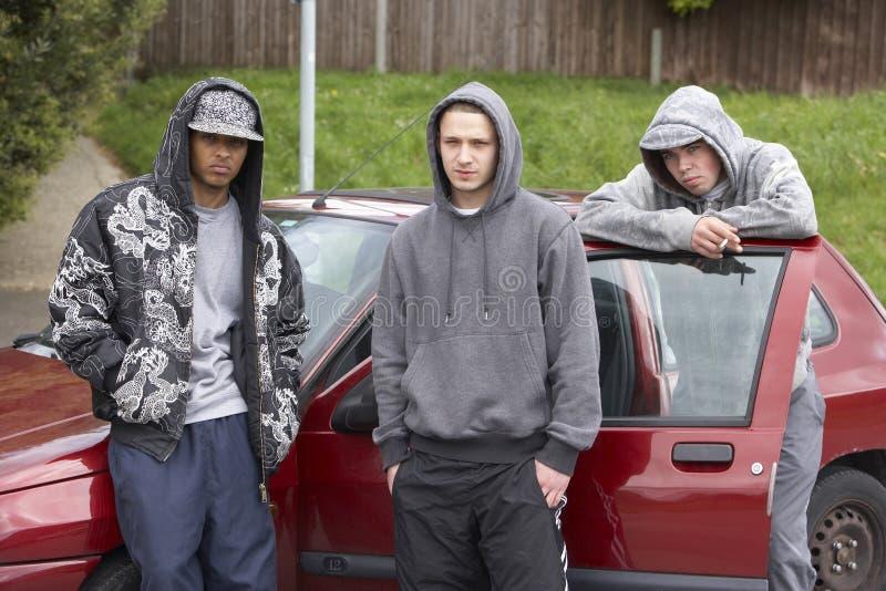 Groupe de jeunes hommes avec des véhicules images libres de droits