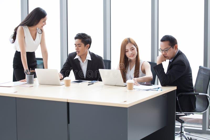 Groupe de jeunes hommes d'affaires faisant un brainstorm ensemble dans le lieu de réunion Femme d'affaires présent aux collègues  photos libres de droits