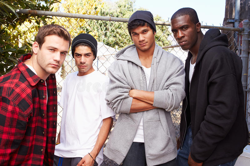 Groupe de jeunes hommes dans l'environnement urbain se tenant prêt le Fe images libres de droits