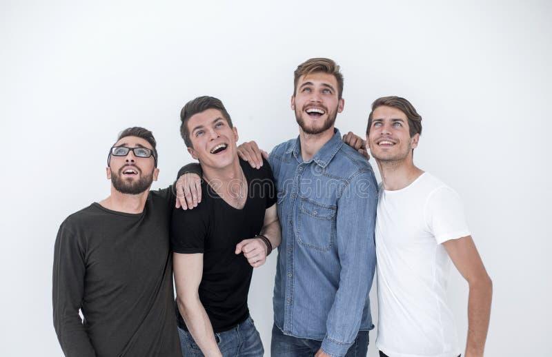 Groupe de jeunes hommes heureux recherchant images libres de droits
