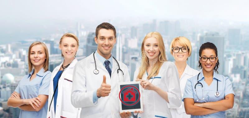 Groupe de jeunes médecins avec l'ordinateur de PC de comprimé photographie stock