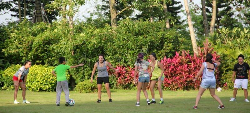 Groupe de jeunes pour jouer au football dans SHEKOU SHENZHEN image libre de droits
