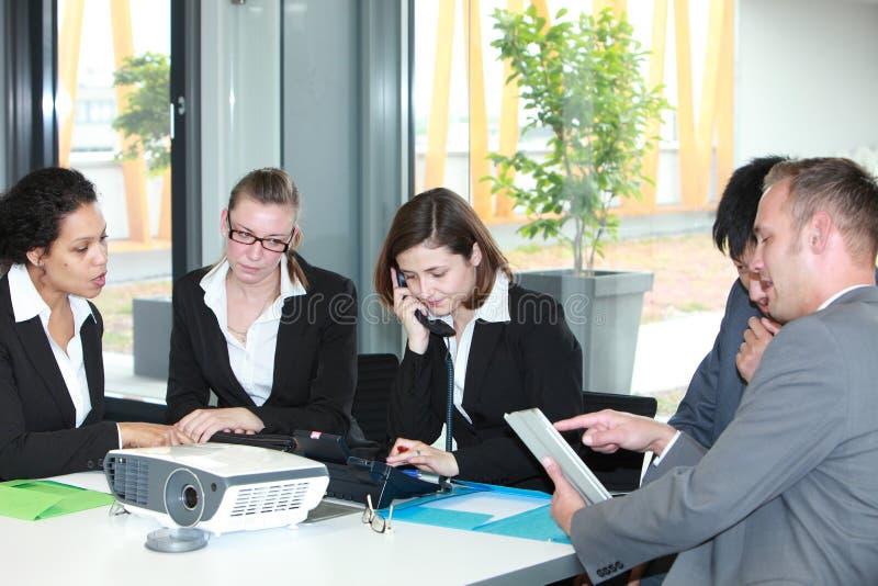 Groupe de jeunes professionnels d'affaires lors d'une réunion images stock