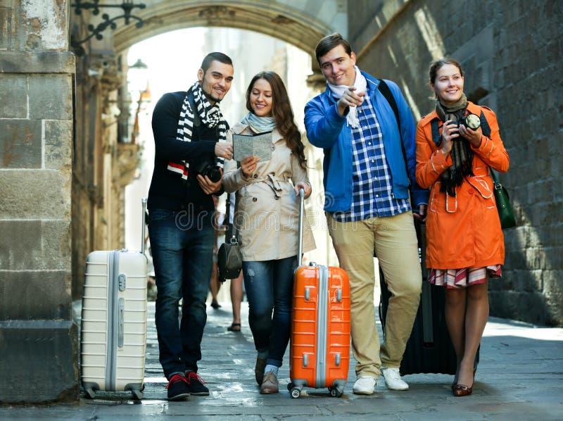 Groupe de jeunes touristes avec des appareils-photo images libres de droits