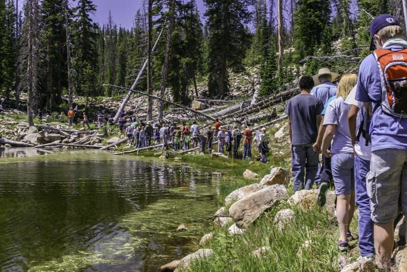 Groupe de jeunes trimardant autour de Washington Lake image stock