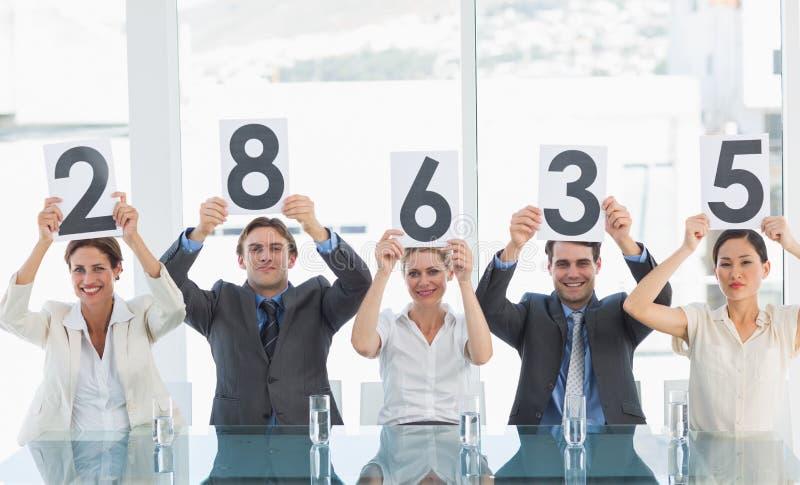 Groupe de juges de panneau tenant des signes de score photo libre de droits