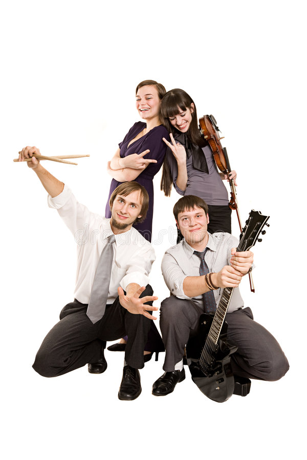 Groupe de la bande heureuse de musique effectuant les visages drôles image libre de droits