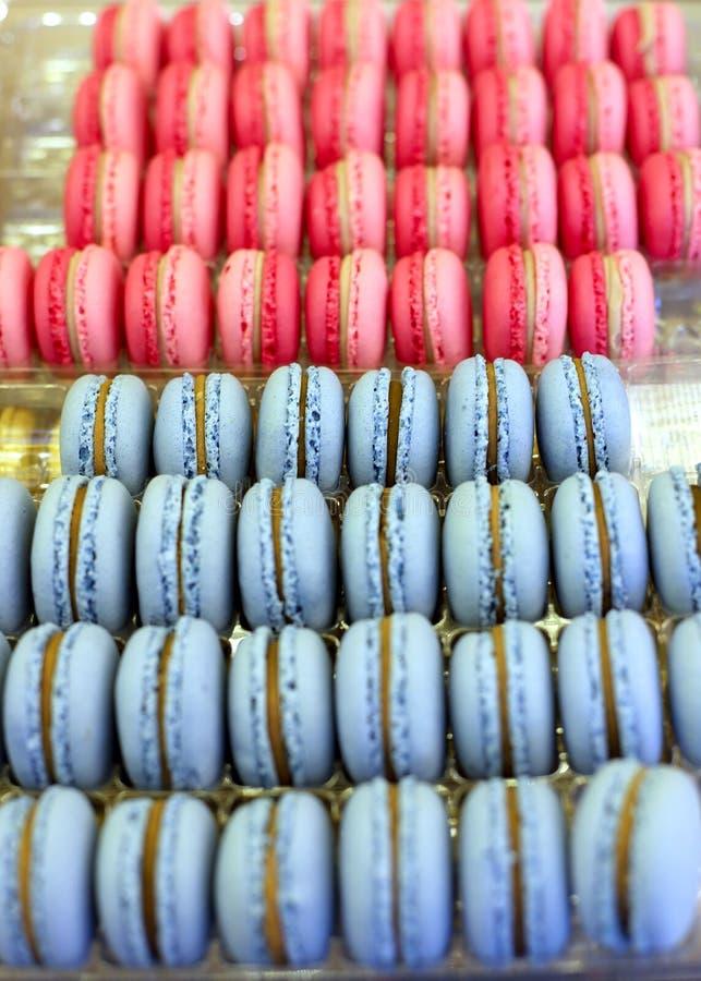 Groupe de la délicatesse douce française d'amande de biscuits colorés de macaron images stock