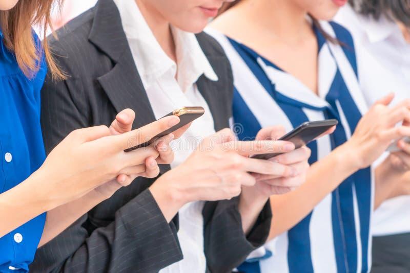 Groupe de la femme à l'aide du téléphone portable numérique de comprimé photos libres de droits