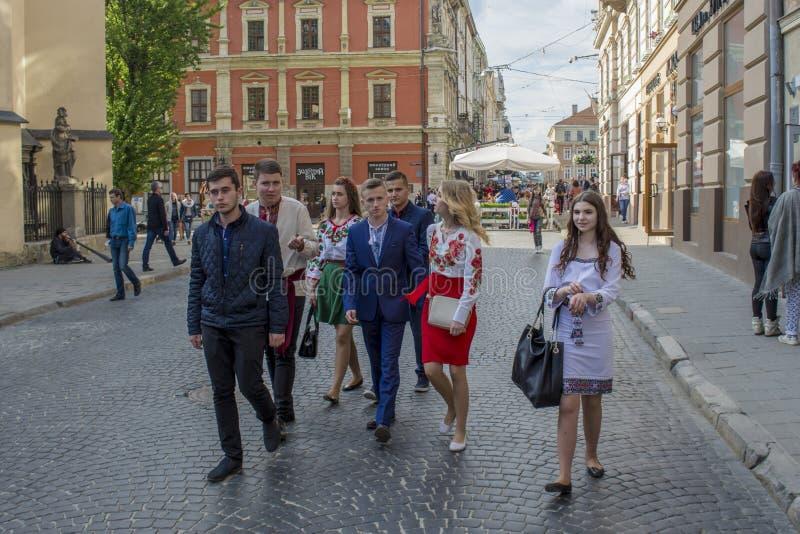 Groupe de la jeunesse ukrainienne marchant sur la rue photos stock