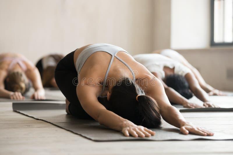 Groupe de leçon de pratique de yoga de personnes sportives, faisant l'exerc d'enfant image libre de droits