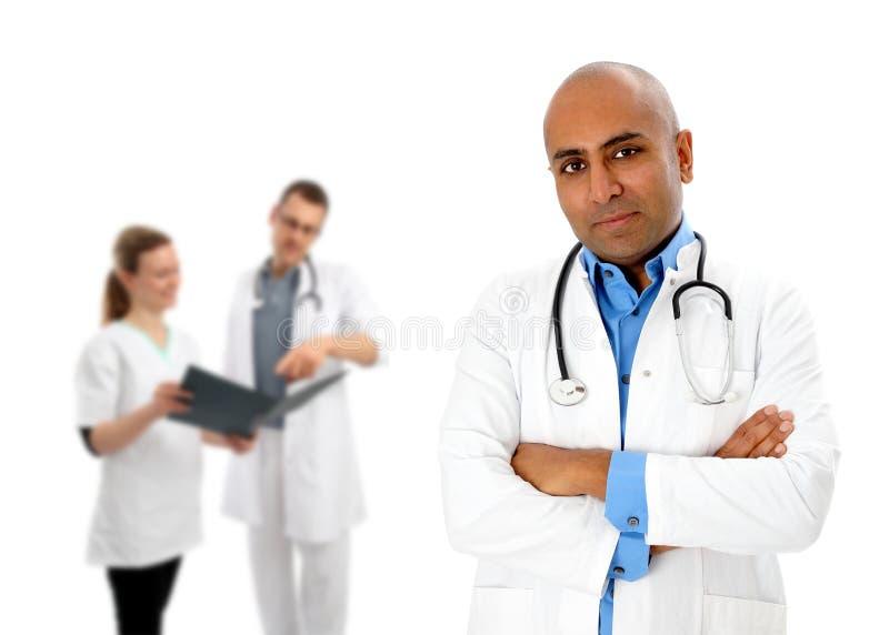 Groupe de médecins avec l'Africain image stock