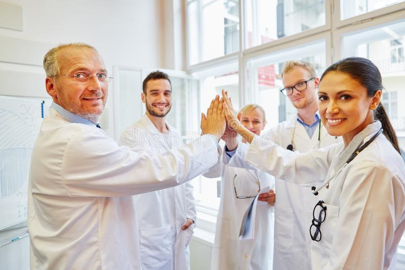 Groupe de médecins comme équipe photographie stock