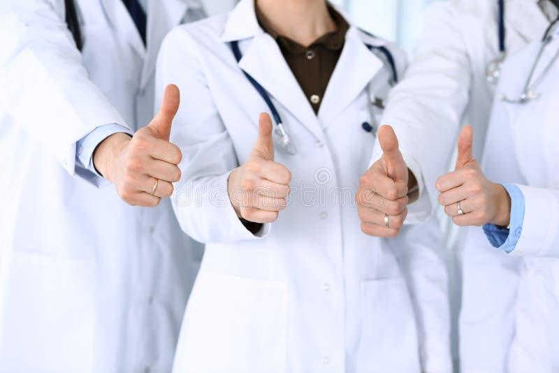 Groupe de médecins modernes se tenant debout en équipe avec des pouces dans les bureaux des hôpitaux Médecins prêts à examiner et photographie stock libre de droits