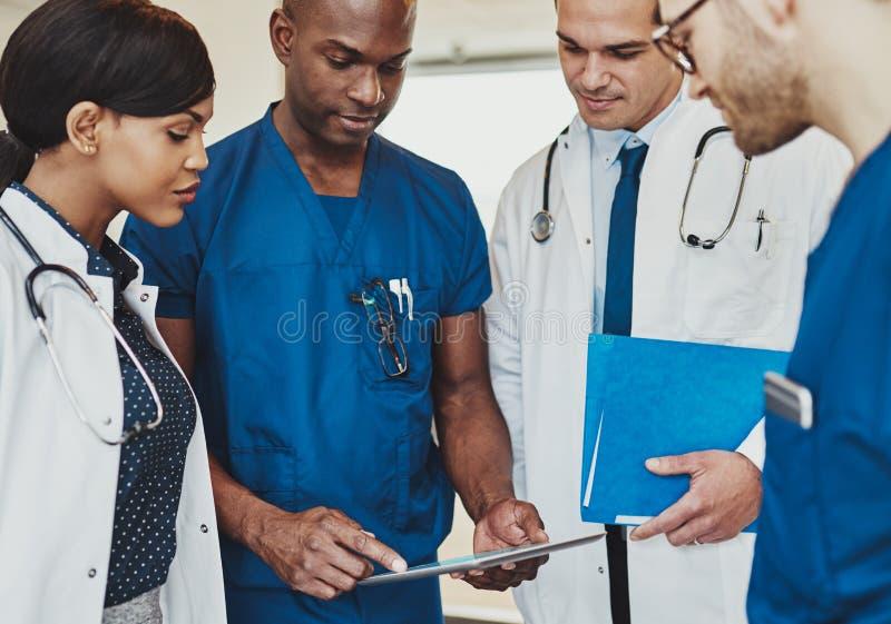 Groupe de médecins multiraciaux photographie stock libre de droits