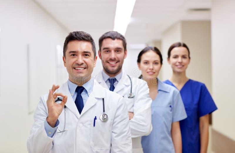Groupe de médecins ou de médecins heureux à l'hôpital photo stock