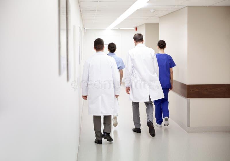 Groupe de médecins ou de médecins marchant le long de l'hôpital photo stock