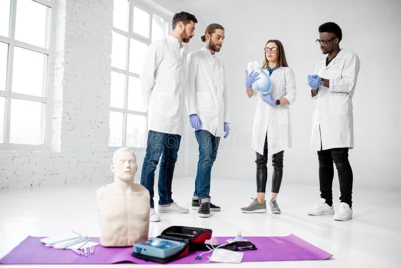 Groupe de médecins pendant la formation de premiers secours à l'intérieur photo libre de droits