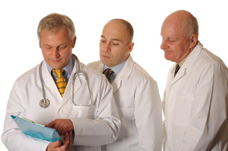 Groupe de médecins regardant des notes photographie stock