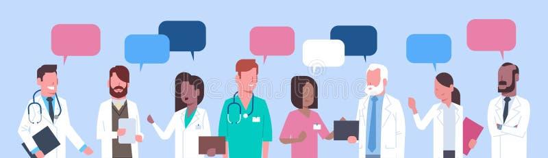 Groupe de médecins tenant le concept social de réseau de traitement de bulle de causerie illustration de vecteur