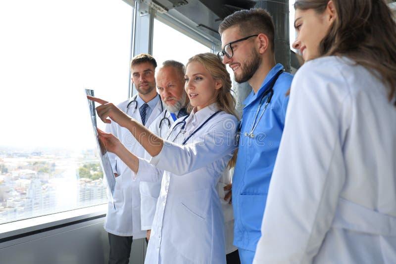 Groupe de médecins vérifiant les radios dans un hôpital image stock