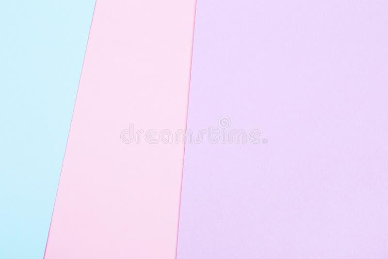 Groupe de macarons colorés en pastel sur le fond à la mode photographie stock