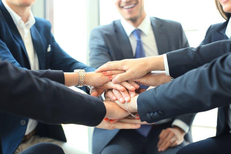 Groupe de mains émouvantes d'équipe d'homme d'affaires ensemble Foyer sélectif photos libres de droits