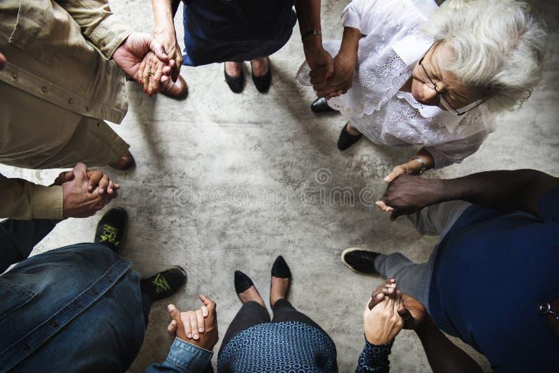 Groupe de mains diverses se tenant vue aérienne de travail d'équipe de soutien ensemble photos stock