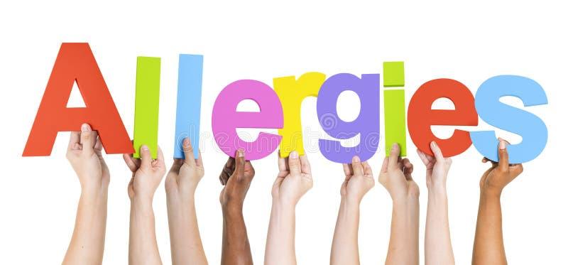 Groupe de mains multi-ethniques tenant des allergies photos stock