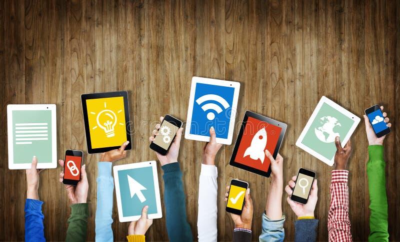 Groupe de mains tenant des dispositifs de Digital avec des symboles illustration stock