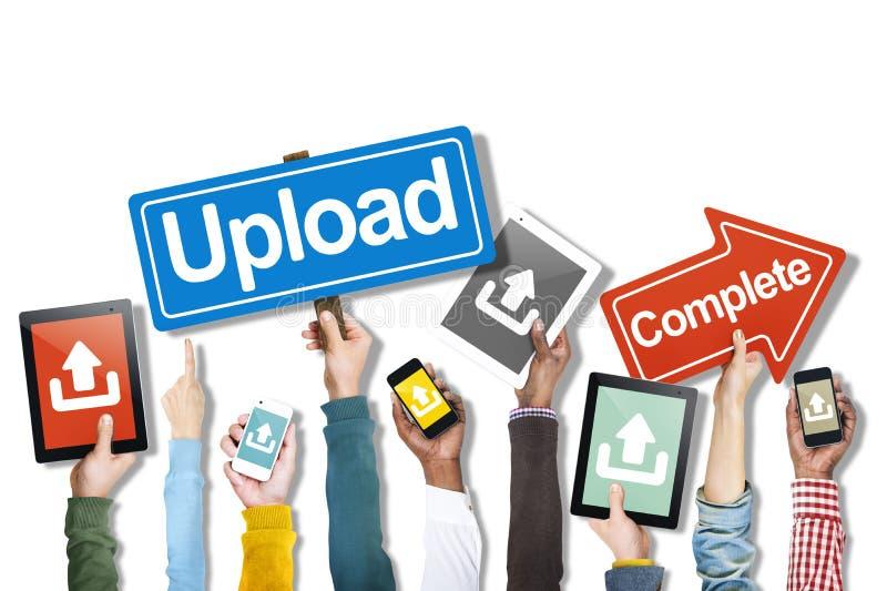 Groupe de mains tenant des dispositifs de Digital avec le concept de téléchargement image stock