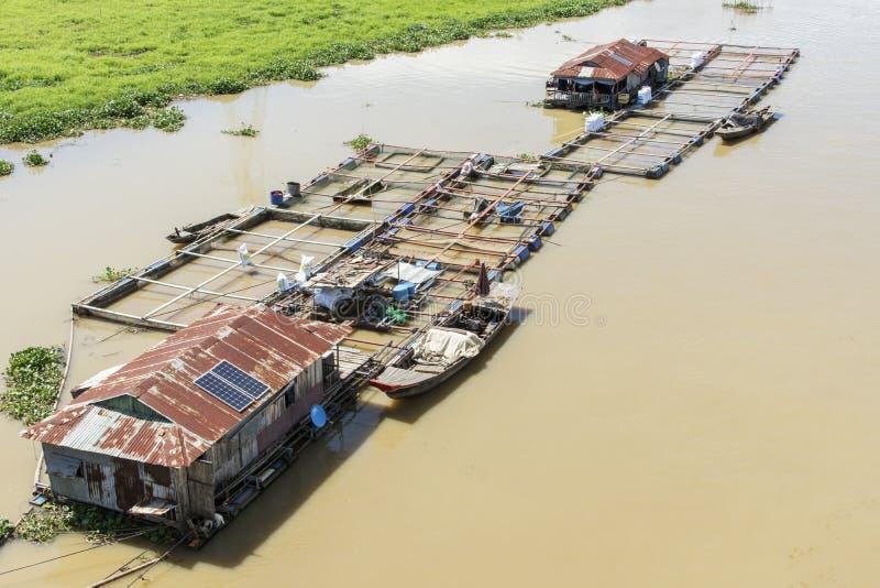 Groupe de maison de flottement sur la La Nga photo stock