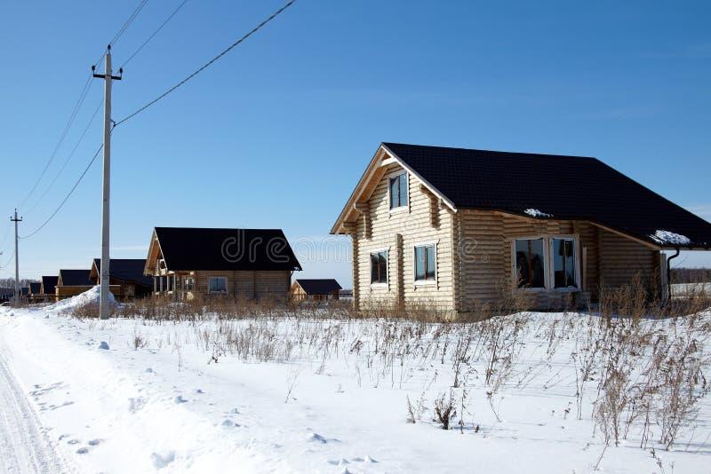 Groupe de maisons en bois à l'hiver, jour ensoleillé, aucun nuages photographie stock libre de droits