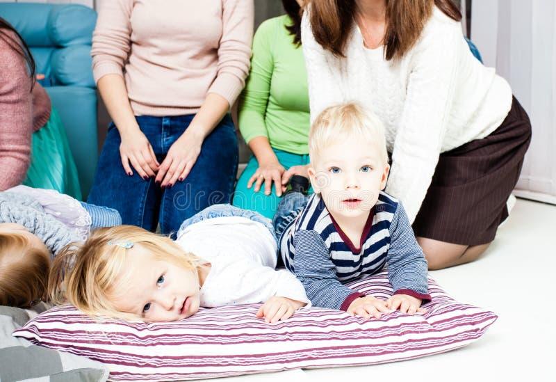 Groupe de mamans avec des bébés photographie stock libre de droits