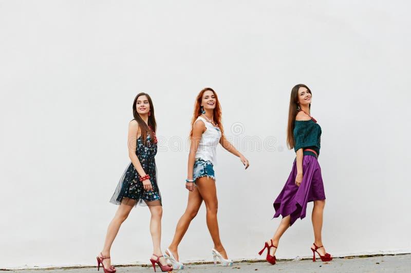 Groupe de marche de jeunes femmes photo stock
